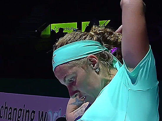 Теннисистка Кузнецова, отрезавшая себе волосы во время матча, победила Радваньску