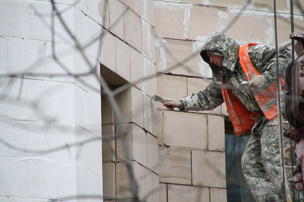 Жильцы знаменитых сталинских домов по всей Москве бьют тревогу: кто-то решил обновить фасады исторических зданий.