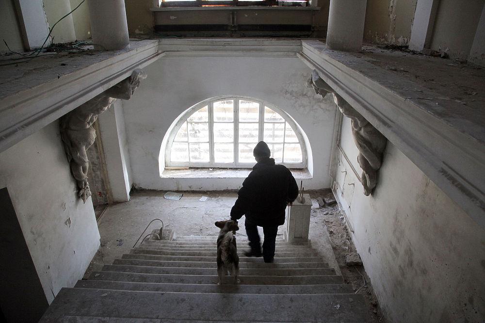 Безнадзорный дворец XIX века стал местом обитания бомжей