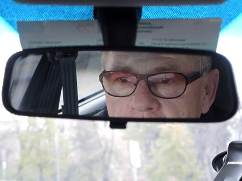 Старейший водитель России в 91 год помог блондинке на дороге