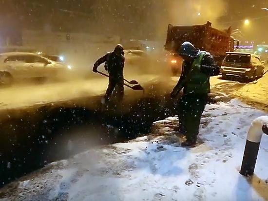 Рабочие закатывали асфальт воВладивостоке всамый разгар снегопада