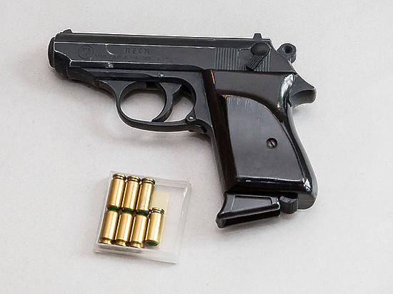 Женщина-менеджер случайно застрелилась из пистолета друга