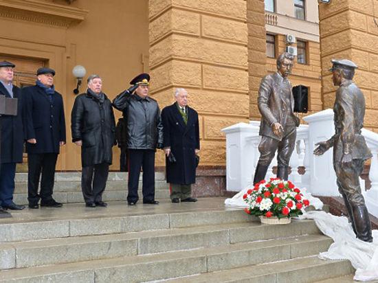 Монумент Жеглову иШарапову открыли уздания московского управления МВД