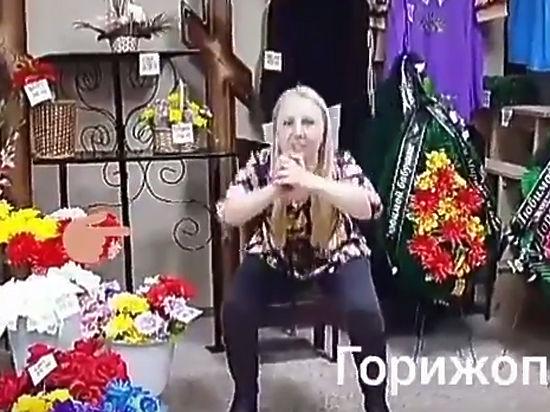 Депутат думы Шелеховского района выполняла присед нафоне гробов и монументов