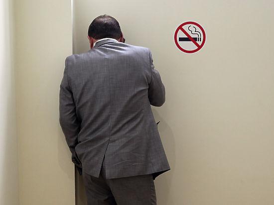 Общественники предложили запретить сотрудникам супермаркетов курение рядом с магазином