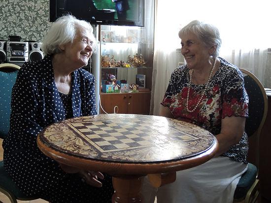 Голод и холод: в домах престарелых не хватает еды и тепла