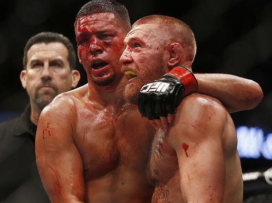 Боец Конор Макгрегор набросился на конкурента, пытаясь разбить ему голову стулом