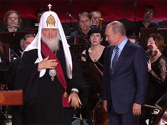Путин вручил патриарху Кириллу эксклюзивное панно из 3570 янтарей