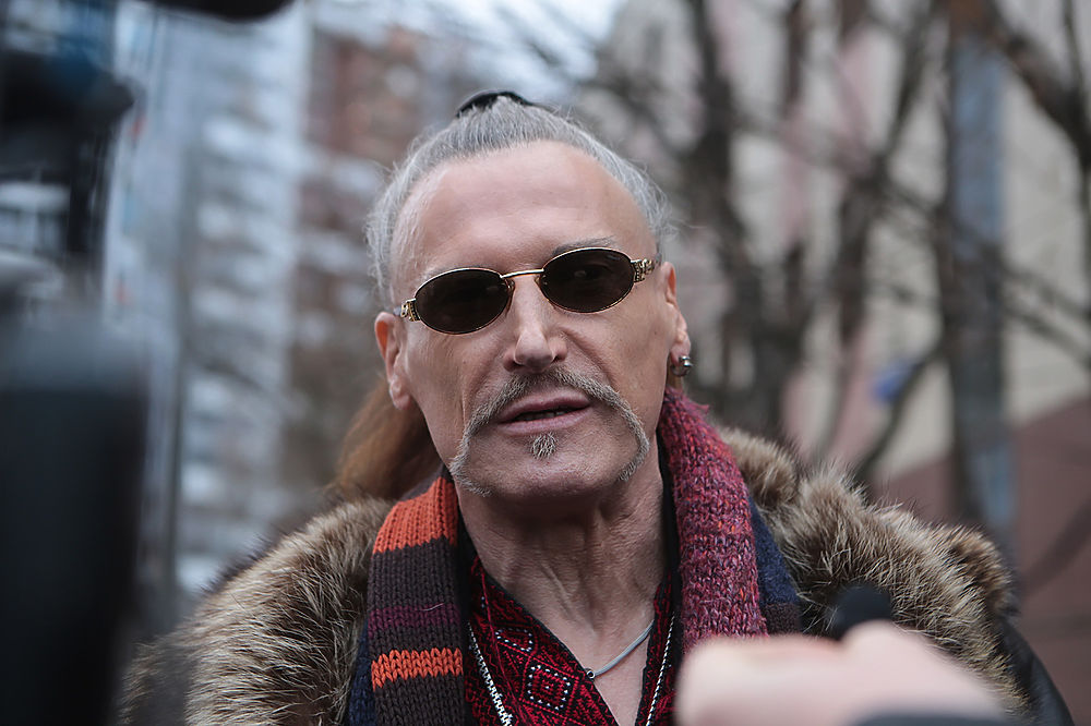 Шоумен Никита Джигурда пришел на очередное заседание суда по делу о разводе с фигуристкой Мариной Анисиной в образе украинского казака.