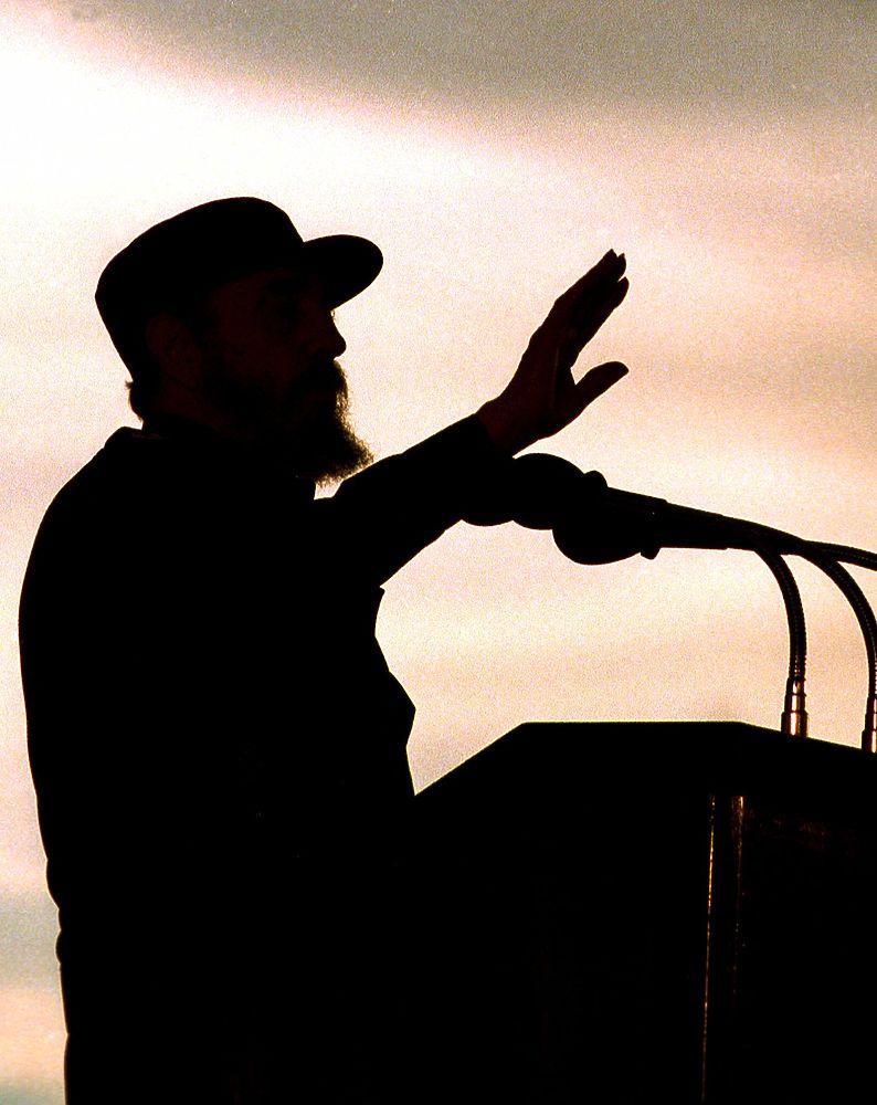 Фиделя Кастро многие мировые СМИ хоронили уже не один раз, но всегда он снова показывался на экране, а иной раз и сам выходил к людям и безжалостно опровергая все слухи и домыслы о его кончине.