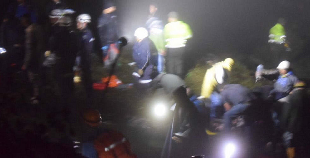 """В Колумбии упал пассажирский самолет, на котором летели футболисты бразильского клуба """"Шапекоэнсе"""", выжили лишь несколько человек."""