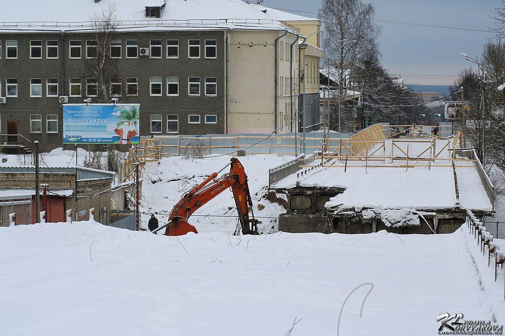 Тяжелая техника разрушает Гоголевский мост в Петрозаводске