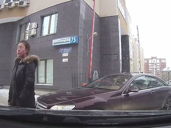 ВЕкатеринбурге дочь депутата угрожала сжечь неуступившего ейдорогу водителя