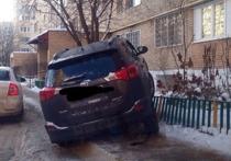 Подмосковная автоледи, «припарковавшаяся» на заборе, стала жертвой гололеда