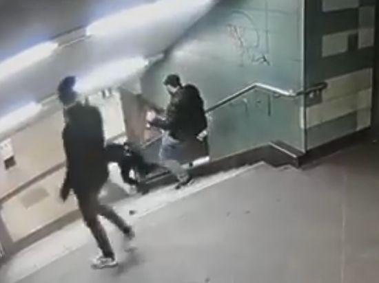 Мигрант в германском метро пинком спустил женщину слестницы— Шокирующее видео
