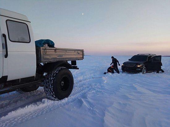 В Якутии автомашины попали в снежный плен