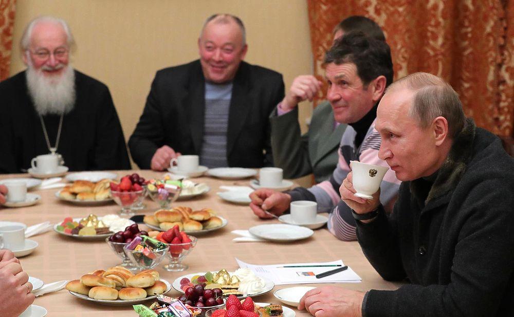 Владимир Путин поздравил россиян с праздником Рождества Христова и пожелал всем православным здоровья, благополучия и успехов. В этом году президент России провел рождественскую ночь в Спасском соборе Свято-Юрьева монастыря в Великом Новгороде. Владимир Путин поприсутствовал на праздничной службе вместе с другими прихожанами церкви, а также успел встретиться с рыбаками, с которыми он познакомился в 2016 году во время прогулки по озеру Ильмень.