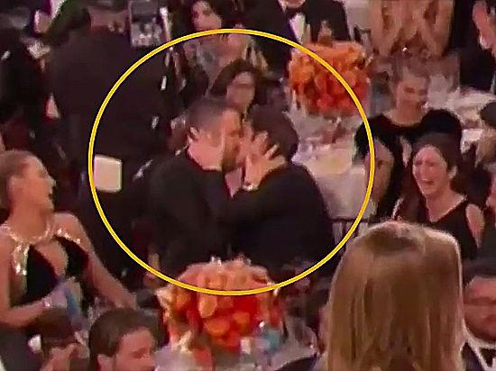 Райан Рейнольдс одарил страстным поцелуем Эндрю Гарфилда на Золотом глобусе