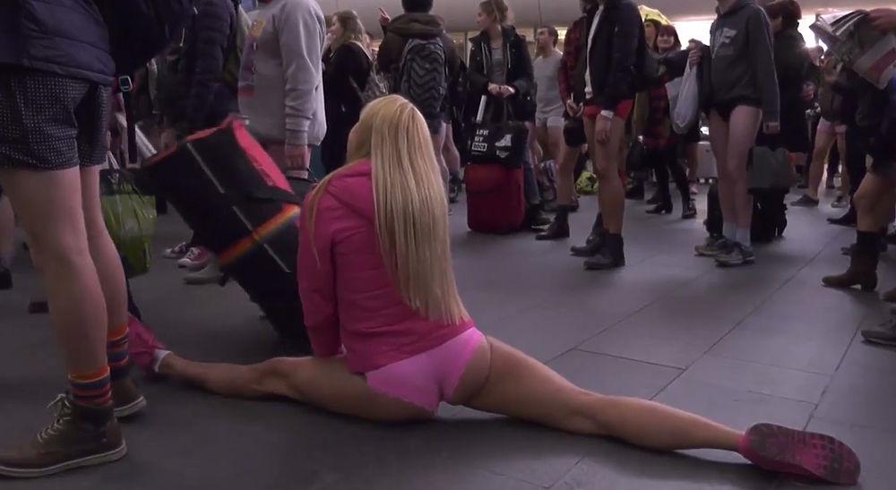 """Очередная акция под девизом """"В метро без штанов"""" прошла сразу в нескольких крупных городах мира."""
