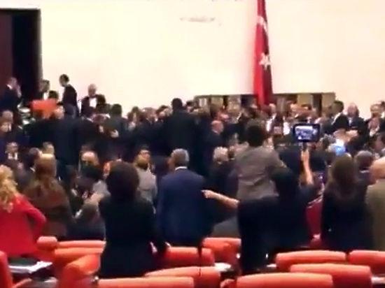 Появилось видео массовой драки депутатов турецкого парламента