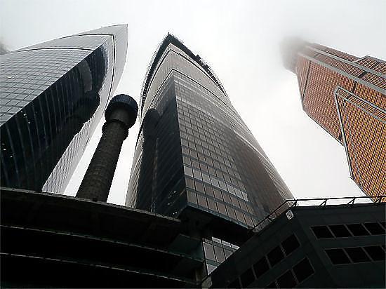 СКпроводит проверку пофакту падения человека сосмотровой площадки «Москва-сити»
