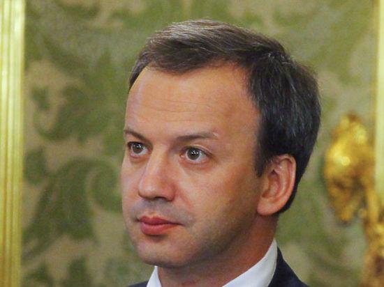 Дворкович пришел в театр в униформе футбольного болельщика