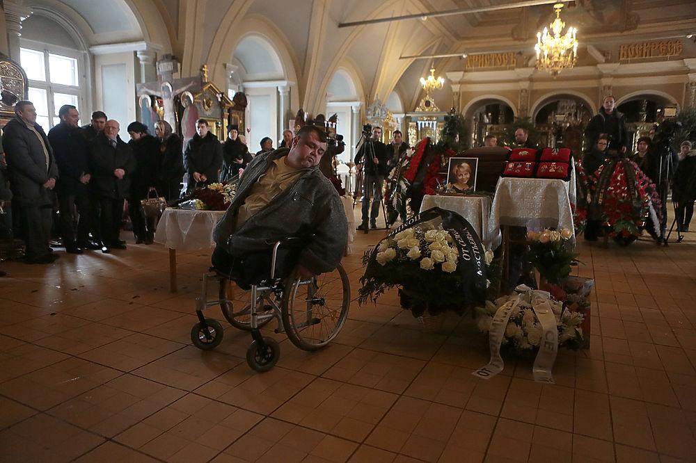 Сегодня в Успенском храме Новодевичьего монастыря прощались с доктором Лизой. Елизавета Глинка погибла в крушении ТУ-154 - она летела в Сирию, чтобы доставить туда гуманитарную помощь. Проститься с ней пришли самые разные люди - известные и обычные, бедные и богатые, те, кому она помогала и те, кто помогал ей в благотворительных делах. Елизавету Глинку похоронили на Новодевичьем кладбище.