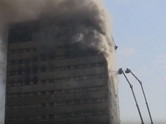 ВТегеране горящий торговый центр обвалился напожарных