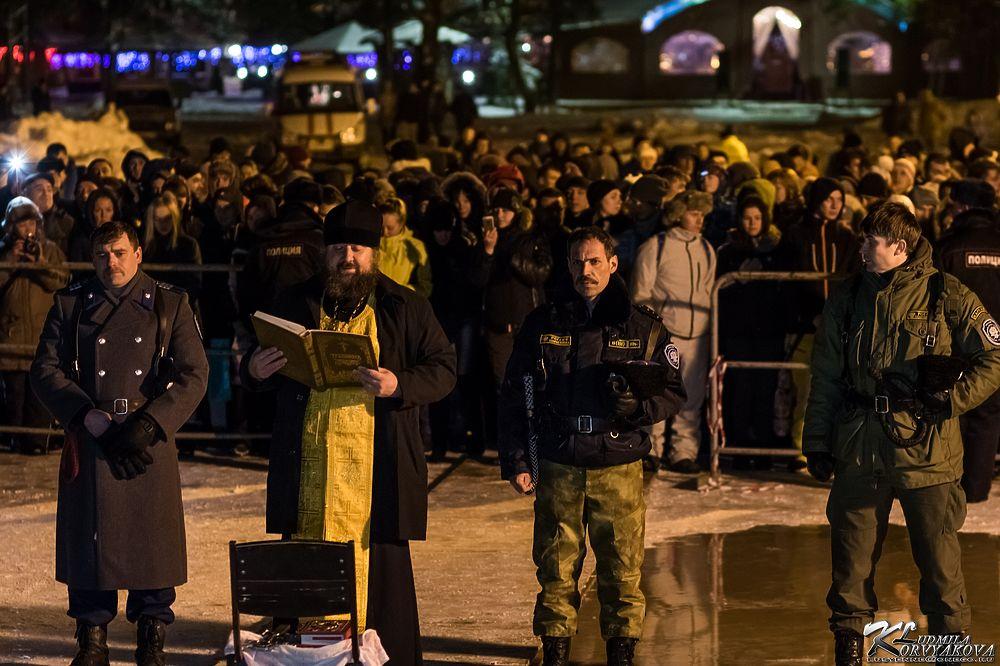 Крещенский лед на Онего затрещал под верующими Петрозаводска
