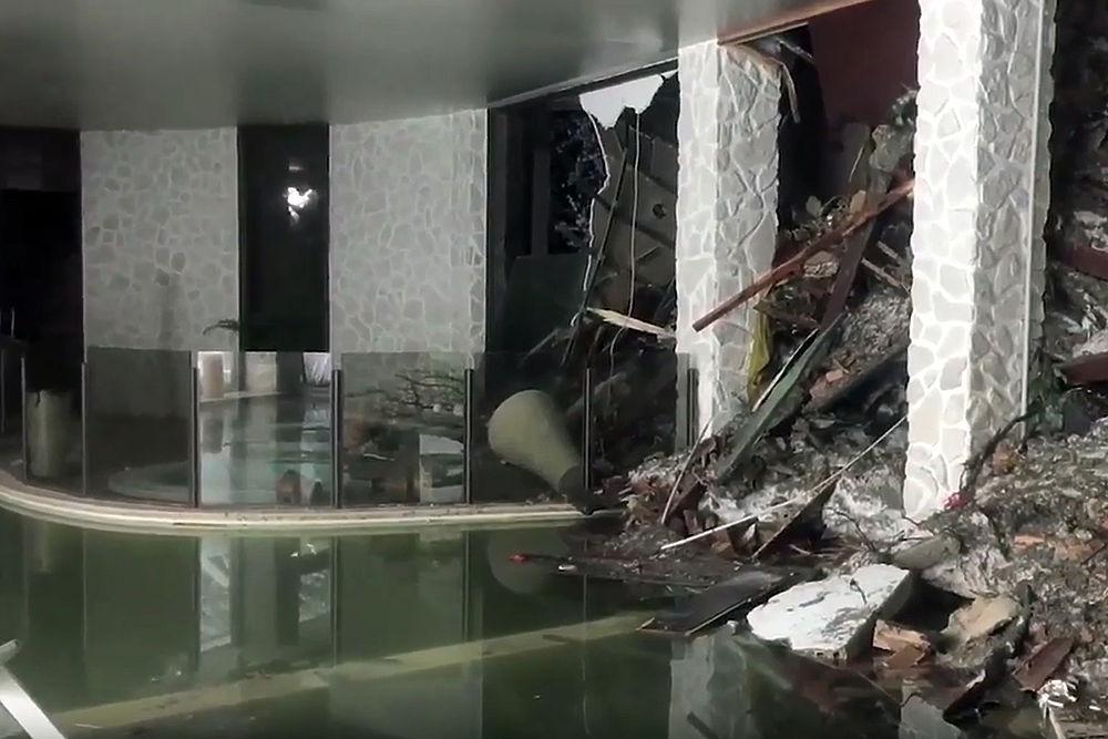 """Спасателям удалось найти восьмерых выживших в итальянском отеле Rigopiano в провинции Абруццо. Отель накрыло снежной лавиной - она могла сойти в результате землетрясения. Спасателям понадобилось несколько часов, чтобы в сложных погодных условиях добраться до гостиницы и проникнуть внутрь сквозь снежные завалы. Сперва под перегородками рухнувшего чердака нашли женщину, а сегодня под развалинами кухни обнаружили троих живых мужчин, двух детей и двух женщин (одна из них - мать найденного ребенка). Выжившие посылали спасателям СМС: """"Мы умираем от холода"""". Спасатели опубликовали фото изнутри заваленного отеля."""