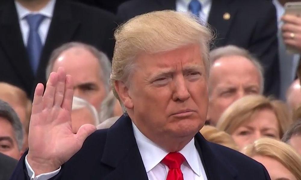 Дональд Трамп официально стал президентом США - в Вашинтоне прошла церемония инаугурации. За общением собравшихся было очень интересно наблюдать. Трамп и Обама, супруга нового президента Меланья и Хиллари Клинтон, дети Дональда Трампа Иванка и Бэррон - мы собрали фото эмоций самых известных людей Америки. Читайте нашу онлайн-трансляцию из США.
