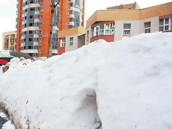 """""""Едет тракторенок, засыпает машины"""": горожане жалуются на уборку снега"""