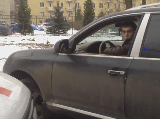 В северной столице шофёр на Порш перекрыл дорогу «скорой» сэкстренным пациентом