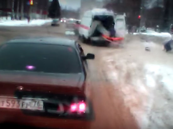 Жуткое ДТП под Ярославлем: медика выкинуло из машины скорой помощи