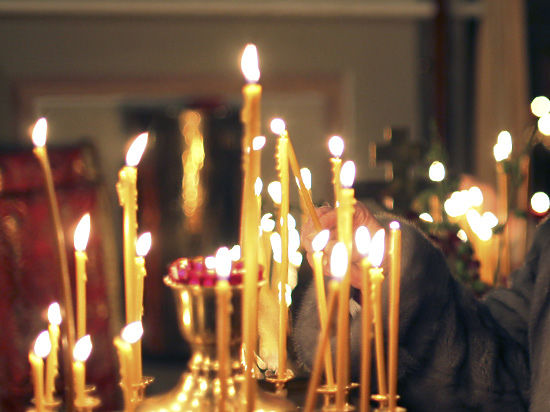 СК: девушке, прикурившей от свечки в церкви, грозит год тюрьмы