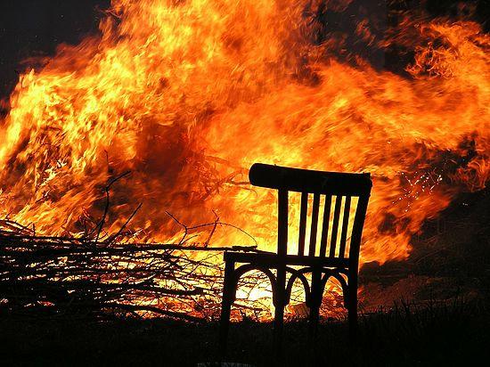 Уральский пожарный спалил дом должника, а затем приехал его тушить