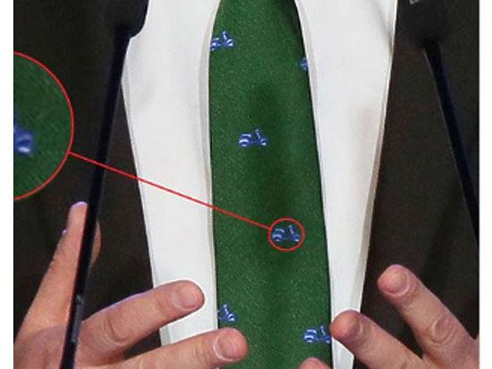 Медведев взбудоражил соцсети итальянским галстуком с мопедами