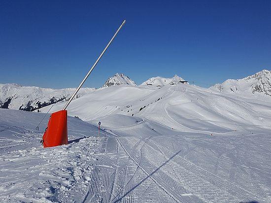 Во французских Альпах лавина погребла восьмерых лыжников