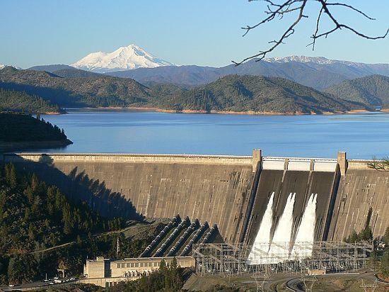 Жителей Калифорнии начали эвакуировать из-за угрозы прорыва высочайшей плотины страны