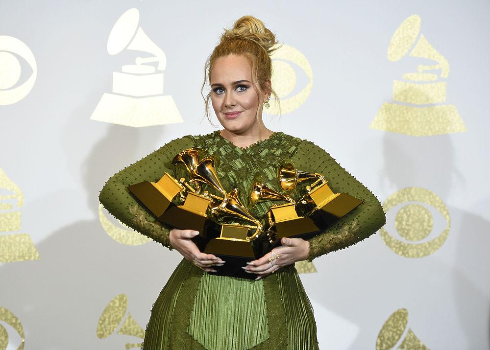 """59-я церемония «Грэмми» состоялась в ночь на понедельник в Лос-Анджелесе и поразила зрителей как безумными образами и эмоциями номинантов, так и результатами награждения. Британская певица Адель оказалась абсолютным лидером: она получила пять наград за композицию """"Hello"""", при этом последнюю статуэтку певица принять отказалась и вручила ее Бейонсе. Беременная Бейонсе, в свою очередь, победила в двух категориях и удивила экстравагантным костюмом богини. Традиционно для себя смелым образом поразила зрителей и Lady Gaga. Подробности - в нашем фоторепортаже."""