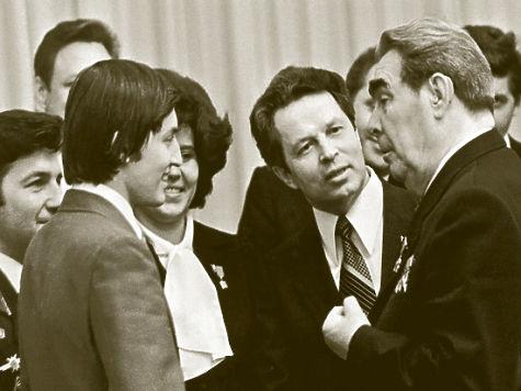 Гипнотизеры, КГБ и поцелуй Брежнева: Анатолий Карпов раскрыл тайны