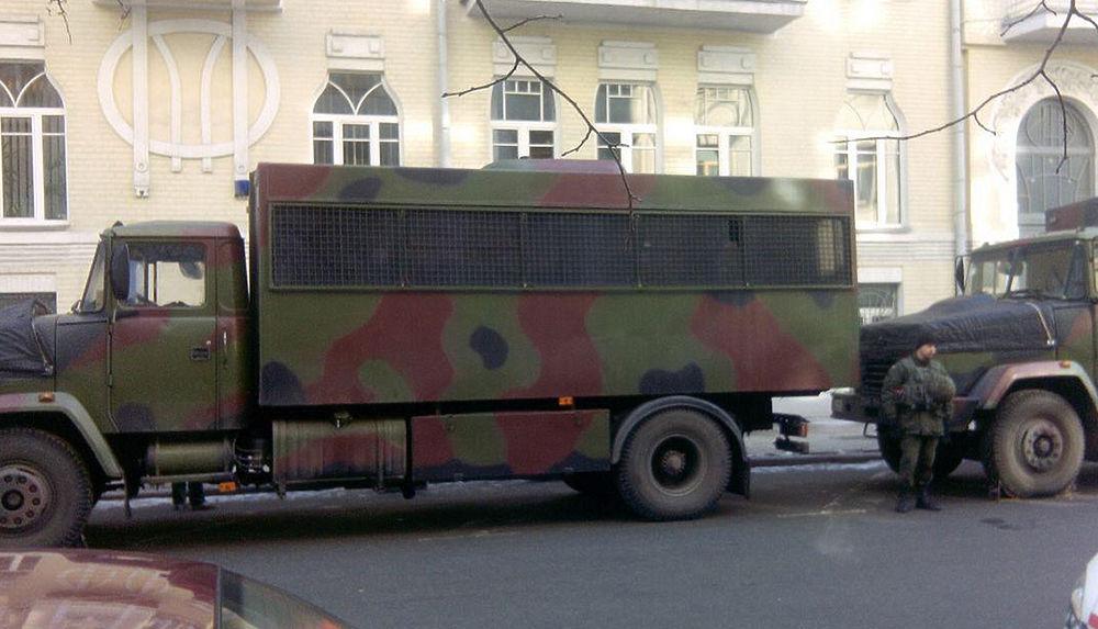 Порошенко взяли под охрану: на Майдан пригнали военную технику
