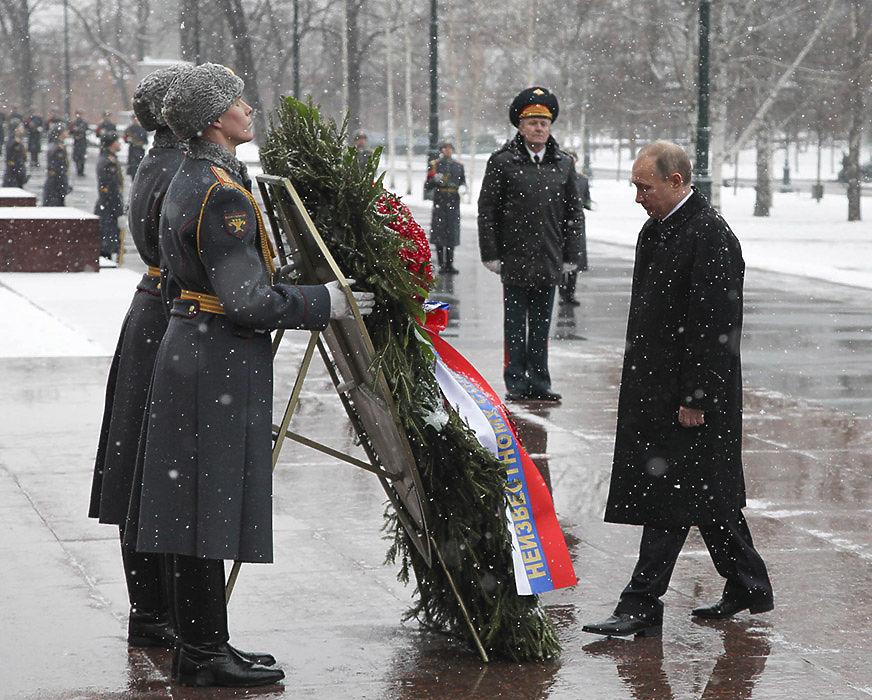 Президент России Владимир Путин в День защитника Отечества вместе с министрами, политиками и ветеранами Великой Отечественной войны отдал дань уважения погибшим защитникам Родины