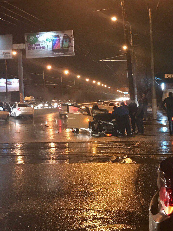 Волгоград: на остановке  «Стадион «Монолит» столкнулись две легковушки