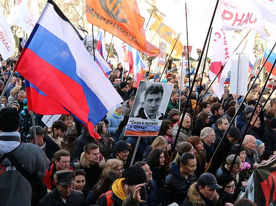 Намитинге памяти Бориса Немцова в столицеРФ Михаила Касьянова облили зеленкой