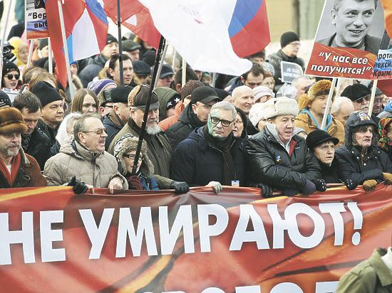 """Марш памяти Немцова прошел под политическими лозунгами: """"Мы пришли требовать"""""""