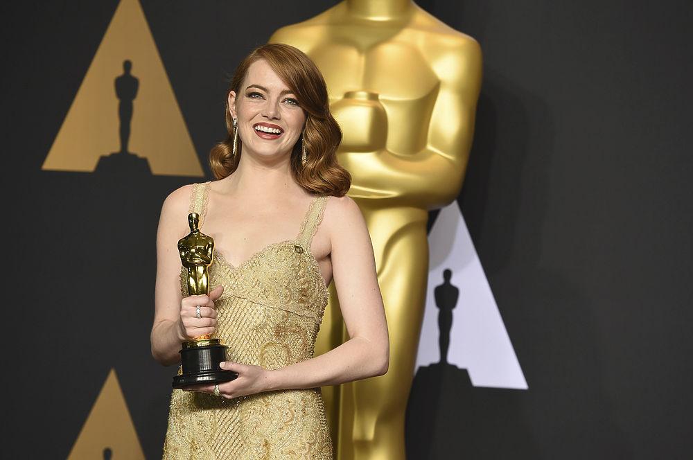 """89-я церемония вручения награды американской киноакадемии """"Оскар"""" запомнилась не только конфузом с награждением в номинации """"Лучший фильм"""" 2016 года, но и яркими эмоциями награжденных, их сумасшедшими нарядами и грандиозным шоу. Тем не менее, забыть о том, как победителем ошибочно был назван """"Ла-ла-ленд"""", после чего ведущий церемонии опомнился и передал награду фильму """"Лунный свет"""", будет непросто."""