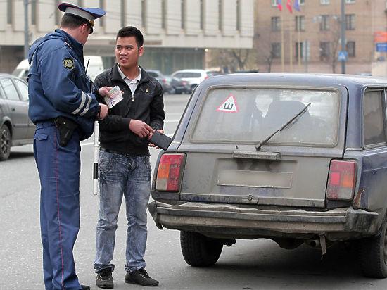Права гастарбайтера: водительские удостоверения достаются иностранцам в России непозволительно легко