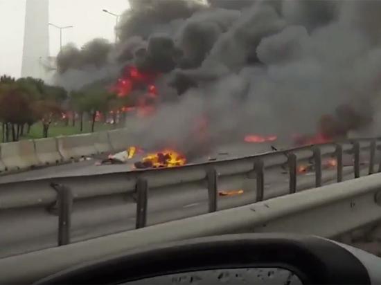 Всети появилось видео падения вертолета сроссиянами наборту