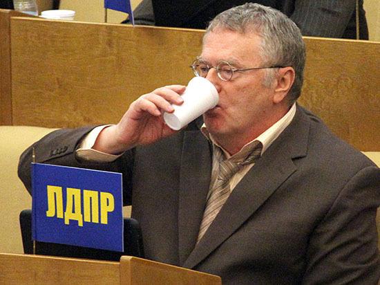 Жириновский предложил продавать водку по партбилетам, сравнив алкоголиков с наркоманами